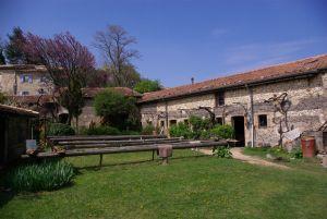 La poterie de Cliousclat; la cour intérieure et ses bancs de séchage en 2012. © Pierre Catanès